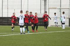 Ευτυχείς νέοι ποδοσφαιριστές μετά από έναν στόχο Στοκ φωτογραφία με δικαίωμα ελεύθερης χρήσης
