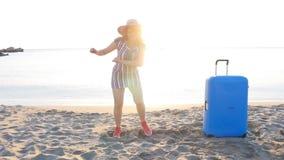 Ευτυχείς νέοι ταξιδιωτικοί χοροί γυναικών στην παραλία φιλμ μικρού μήκους