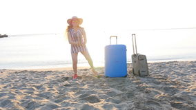 Ευτυχείς νέοι ταξιδιωτικοί χοροί γυναικών στην παραλία απόθεμα βίντεο