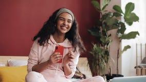 Ευτυχείς να κουβεντιάσει και αποστολή κειμενικών μηνυμάτων κοριτσιών αφροαμερικάνων στη συνεδρίαση smartphone στο κρεβάτι στο σπί φιλμ μικρού μήκους