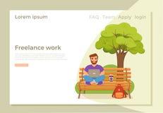 Ευτυχείς νεαροί άνδρες Freelancer που εργάζονται στον πάγκο στο πάρκο με τον καφέ ελεύθερη απεικόνιση δικαιώματος