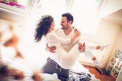 ευτυχείς νεολαίες αγάπης ζευγών Στοκ εικόνα με δικαίωμα ελεύθερης χρήσης