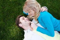 ευτυχείς νεολαίες αγάπης ζευγών Στοκ Φωτογραφία