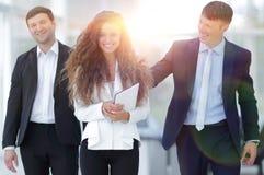 ευτυχείς νεολαίες ανθρώπων επιχειρηματικών μονάδων στοκ φωτογραφίες με δικαίωμα ελεύθερης χρήσης