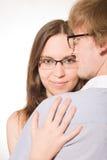 ευτυχείς νεολαίες ζευγαριού αγκαλιασμάτων Στοκ Φωτογραφία