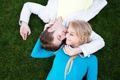 ευτυχείς νεολαίες πορτρέτου αγάπης ζευγών Στοκ εικόνα με δικαίωμα ελεύθερης χρήσης