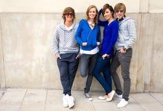 ευτυχείς νεολαίες φίλ&ome Στοκ εικόνες με δικαίωμα ελεύθερης χρήσης