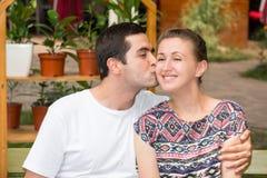 ευτυχείς νεολαίες αγάπης ζευγών Άνδρας και γυναίκα στο πάρκο Στοκ εικόνα με δικαίωμα ελεύθερης χρήσης