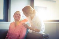 Ευτυχείς νοσοκόμα και ασθενής στο καθιστικό Στοκ εικόνες με δικαίωμα ελεύθερης χρήσης