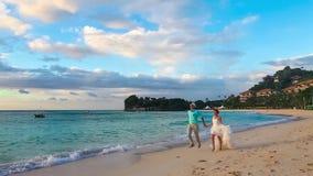 Ευτυχείς νύφη και νεόνυμφος που έχουν τη διασκέδαση σε μια τροπική παραλία Ακριβώς marri φιλμ μικρού μήκους