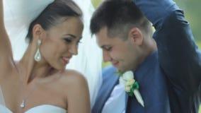 Ευτυχείς νύφη και νεόνυμφος που χορεύουν στο πάρκο Το Croissant newlyweds έχει τη διασκέδαση στο πάρκο ευτυχής εκλεκτής ποιότητας απόθεμα βίντεο
