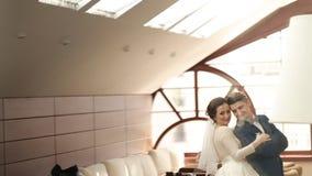 Ευτυχείς νύφη και νεόνυμφος που romantically στη κάμερα φιλμ μικρού μήκους