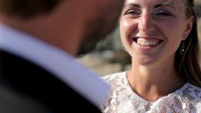 Ευτυχείς νύφη και νεόνυμφος στην ακτή στη ημέρα γάμου τους Η έννοια μιας ευτυχούς οικογενειακής ζωής φιλμ μικρού μήκους