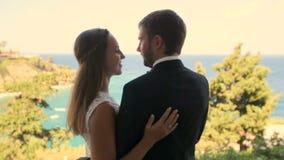 Ευτυχείς νύφη και νεόνυμφος στην ακτή στη ημέρα γάμου τους Η έννοια μιας ευτυχούς οικογενειακής ζωής απόθεμα βίντεο