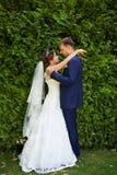 Ευτυχείς νύφη και νεόνυμφος στο γάμο τους Στοκ εικόνες με δικαίωμα ελεύθερης χρήσης