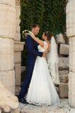 Ευτυχείς νύφη και νεόνυμφος στο γάμο τους Στοκ φωτογραφίες με δικαίωμα ελεύθερης χρήσης