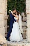 Ευτυχείς νύφη και νεόνυμφος στο γάμο τους Στοκ Φωτογραφία