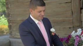 Ευτυχείς νύφη και νεόνυμφος στο γάμο τους φιλμ μικρού μήκους