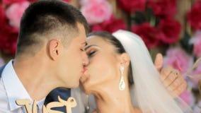 Ευτυχείς νύφη και νεόνυμφος στο υπόβαθρο ενός ξύλινου τοίχου με τα peonies Το πορτρέτο ενός ευτυχούς το ζεύγος Ευτυχής φιλμ μικρού μήκους