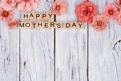 Ευτυχείς ξύλινοι φραγμοί ημέρας μητέρων με τα τοπ σύνορα λουλουδιών στο άσπρο ξύλο στοκ εικόνες με δικαίωμα ελεύθερης χρήσης
