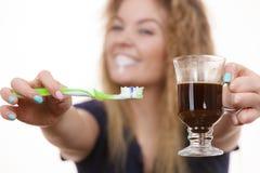 Ευτυχείς οδοντόβουρτσα και καφές εκμετάλλευσης γυναικών Στοκ φωτογραφίες με δικαίωμα ελεύθερης χρήσης