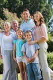 Ευτυχείς οικογένεια και παππούδες και γιαγιάδες στο πάρκο Στοκ φωτογραφία με δικαίωμα ελεύθερης χρήσης