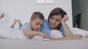 Ευτυχείς οικογενειακή μητέρα και γιος παιδιών με την ταμπλέτα το βράδυ Ευτυχείς οικογενειακή μητέρα και γιος παιδιών με την ταμπλ φιλμ μικρού μήκους