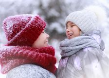 Ευτυχείς οικογενειακή μητέρα και κόρη παιδιών που έχει τη διασκέδαση, που παίζει στο χειμερινό περίπατο υπαίθρια στοκ εικόνες