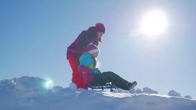 Ευτυχείς οικογενειακή μητέρα και κόρη παιδιών σε έναν χειμερινό περίπατο που υπαίθρια Όμορφη οικογένεια της απόλαυσης μητέρων και απόθεμα βίντεο