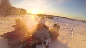 Ευτυχείς οικογενειακοί γύροι και χαμόγελο snowtube στους χιονώδεις δρόμους κίνηση αργή Χειμερινό τοπίο χιονιού Υπαίθρια αθλητισμό απόθεμα βίντεο