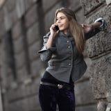 ευτυχείς ομιλούσες νεολαίες γυναικείων κινητές τηλεφώνων Στοκ φωτογραφία με δικαίωμα ελεύθερης χρήσης
