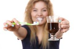 Ευτυχείς οδοντόβουρτσα και καφές εκμετάλλευσης γυναικών Στοκ φωτογραφία με δικαίωμα ελεύθερης χρήσης
