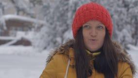 ευτυχείς παίζοντας νεολαίες γυναικών χιονιού απόθεμα βίντεο