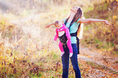 Ευτυχείς παιδί και μητέρα υπαίθρια στο πάρκο Στοκ εικόνα με δικαίωμα ελεύθερης χρήσης