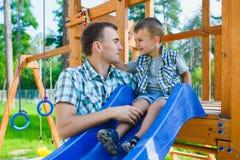 Ευτυχείς παιδί και πατέρας που έχουν τη διασκέδαση Παιδί με το παιχνίδι μπαμπάδων Στοκ φωτογραφίες με δικαίωμα ελεύθερης χρήσης