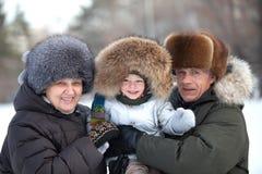 Ευτυχείς παππούδες και γιαγιάδες με ένα χαριτωμένο αγόρι μικρών παιδιών Στοκ Εικόνες