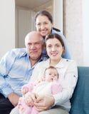 Ευτυχείς παππούδες και γιαγιάδες με την κόρη και την εγγονή Στοκ Εικόνες