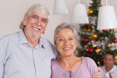 Ευτυχείς παππούδες και γιαγιάδες στα Χριστούγεννα Στοκ Εικόνες