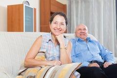 Ευτυχείς παππούδες και γιαγιάδες ζευγών στο σπίτι Στοκ Φωτογραφία