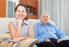 Ευτυχείς παππούδες και γιαγιάδες ζευγών στο σπίτι Στοκ φωτογραφία με δικαίωμα ελεύθερης χρήσης