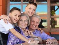 Ευτυχείς παππούδες και γιαγιάδες με τα εγγόνια τους Στοκ φωτογραφία με δικαίωμα ελεύθερης χρήσης