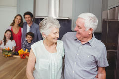 Ευτυχείς παππούδες και γιαγιάδες με την οικογένεια στην κουζίνα Στοκ εικόνα με δικαίωμα ελεύθερης χρήσης