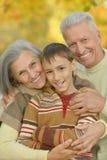 Ευτυχείς παππούδες και γιαγιάδες με τον εγγονό Στοκ Φωτογραφία