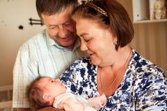 Ευτυχείς παππούδες και γιαγιάδες με το νεογέννητο μωρό Στοκ Εικόνα