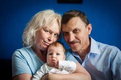 Ευτυχείς παππούδες και γιαγιάδες που κρατούν το νεογέννητο μωρό Στοκ φωτογραφία με δικαίωμα ελεύθερης χρήσης