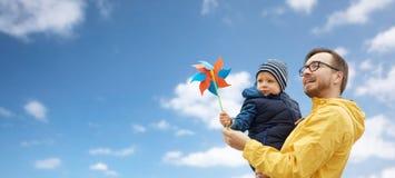 Ευτυχείς πατέρας και γιος με το παιχνίδι pinwheel υπαίθρια Στοκ φωτογραφίες με δικαίωμα ελεύθερης χρήσης