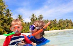 Ευτυχείς πατέρας και γιος που κολυμπούν με αναπνευτήρα στην παραλία Στοκ Εικόνες
