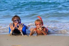 Ευτυχείς πατέρας και γιος που κολυμπούν με αναπνευτήρα στην παραλία Στοκ Φωτογραφίες
