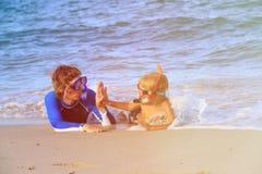 Ευτυχείς πατέρας και γιος που κολυμπούν με αναπνευτήρα στην παραλία Στοκ φωτογραφία με δικαίωμα ελεύθερης χρήσης