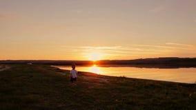 Ευτυχείς πατέρας και γιος που τρέχουν στην παραλία στο ηλιοβασίλεμα φιλμ μικρού μήκους